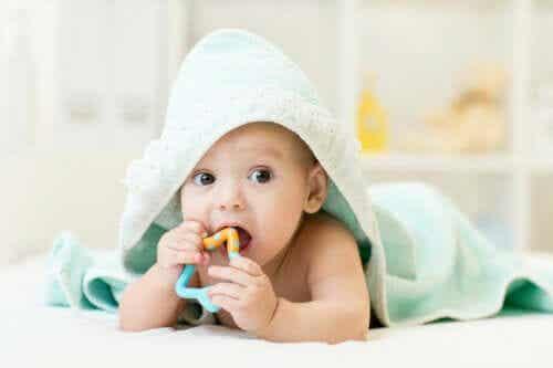 Hvordan lindre babyens kløende tannkjøtt?
