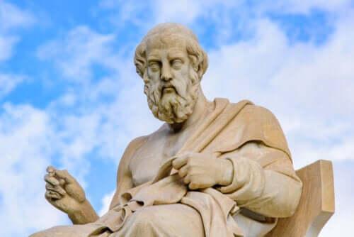 Forskjellene mellom filosofiene til Aristoteles og Platon
