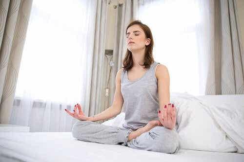 5 øvelser du kan gjøre før sengetid for å våkne uthvilt