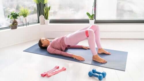 Styrk magen med motstandsbånd